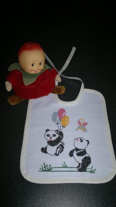 Bavaglino con panda ricamati a punto croce
