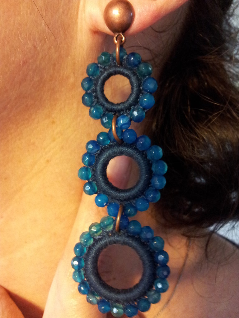 Orecchino pendente con  elementi a cerchio contornato di Perle d' Agata Blu.