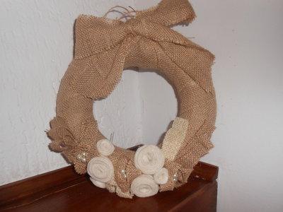 Corona natalizia  stile shabby con fiocco , fiori e decori di perle.