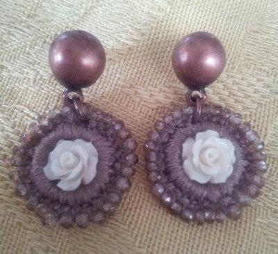 Orecchino in Zirconio e Macramè di cotone con Rosa centrale