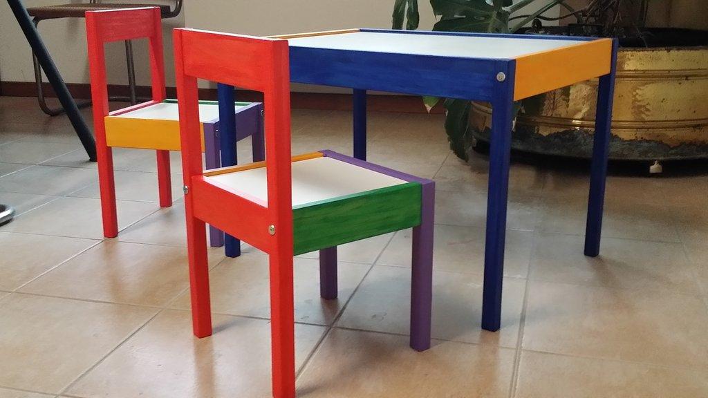 Tavolo bimbi due sedie bambini cameretta di for Tavolo legno bimbi