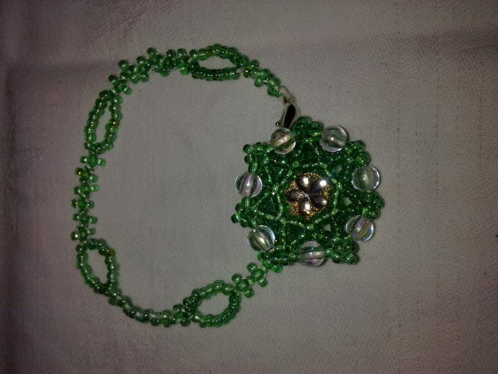 braccialetto verde realizzato a mano con perline di conteria, unico!