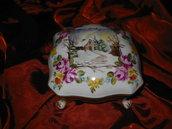 Scatola portagioie con paesaggio e corona di fiori