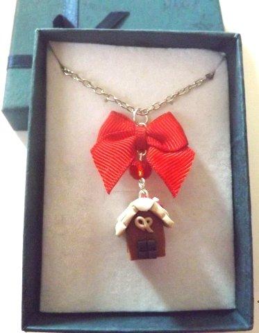 Collana con casetta in marzapane in fimo,strass e fiocchetto rosso idea regalo Natale