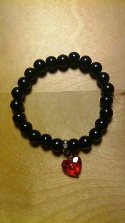 Bracciae di perle nero con charm a cuore rosso