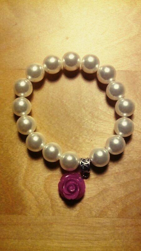 Bracciale di perle bianco con charm