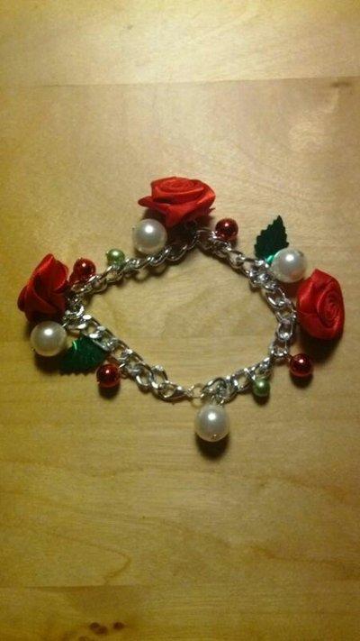 Bracciale con perle, rose e charm