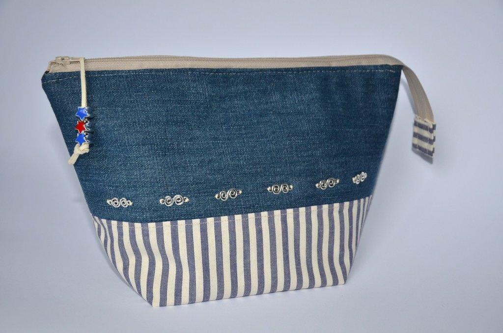 """Beautycase pochette in cotone rigato e denim, foderato, leggermente imbottito, con zip e charms """"Stars & S"""""""