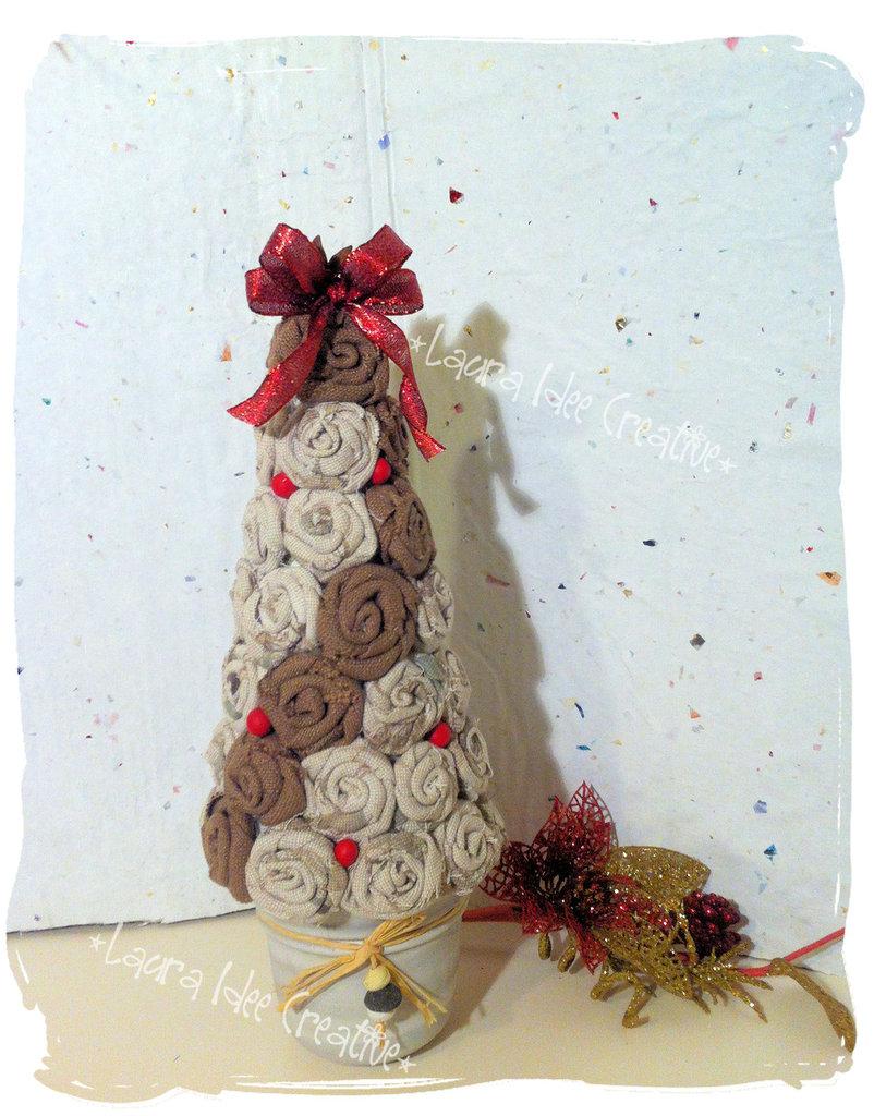 Idee Creative Per Natale albero di natale shabby con rose di tessuto.