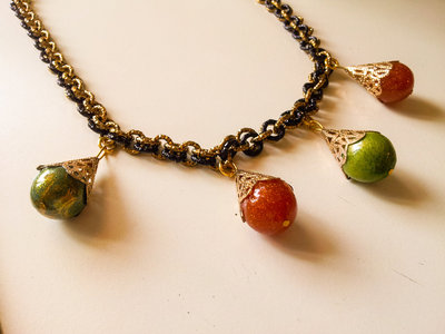 collana girocollo tecnica chainmail con pendenti in resina fatti a mano