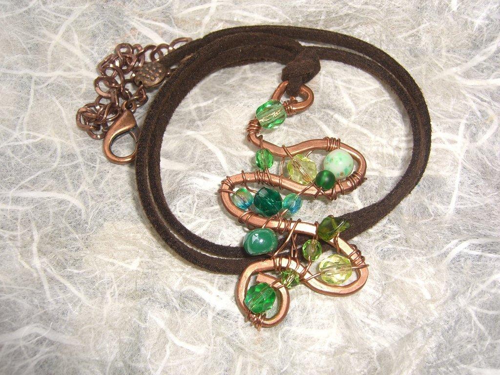 Collana con tubino di rame e cristalli verdi