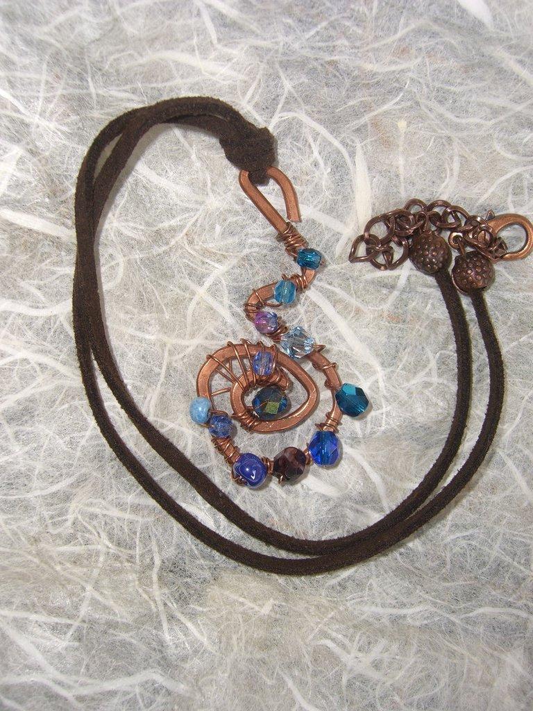 Collana con tubino di rame mezzi cristalli vetri e cristalli azzurri