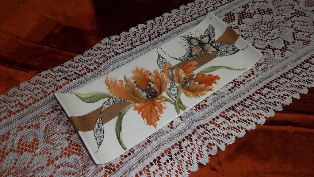 Vassoio con fasce oro, tecniche nuove e tulipano