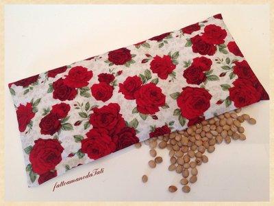Cuscinetto termoterapico in cotone a rose rosse con noccioli di ciliegia