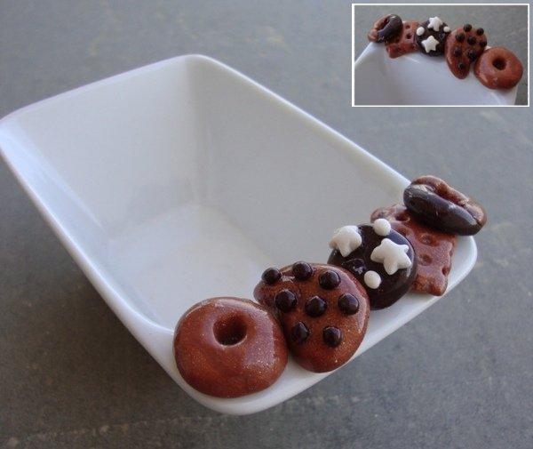 Ciotola ceramica bianca con dolcetti