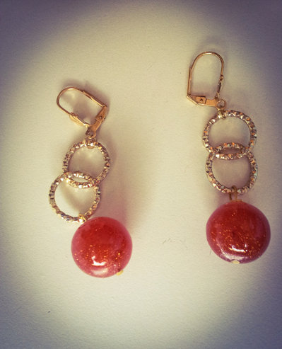 orecchini pendenti in metallo e resina