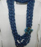 Collana con fiore realizzata a mano  nei toni del blu