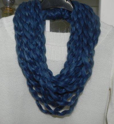 Collana  realizzata a mano nei toni del blu