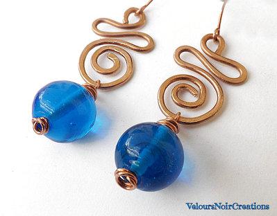 Orecchini in rame martellato e perla in vetro a lume blu