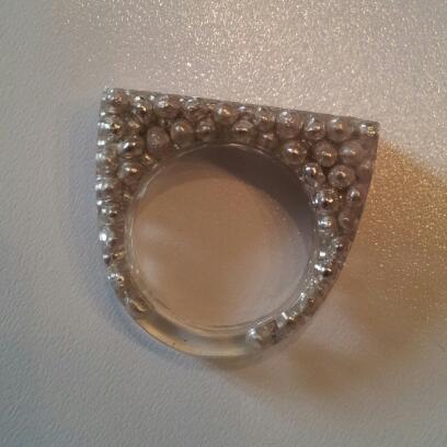 anello in resina con palline di zucchero