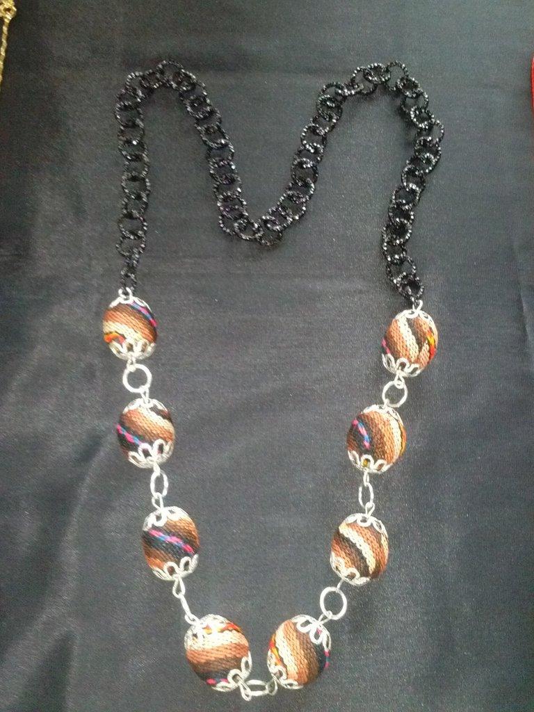 Collana perle stoffa marrone