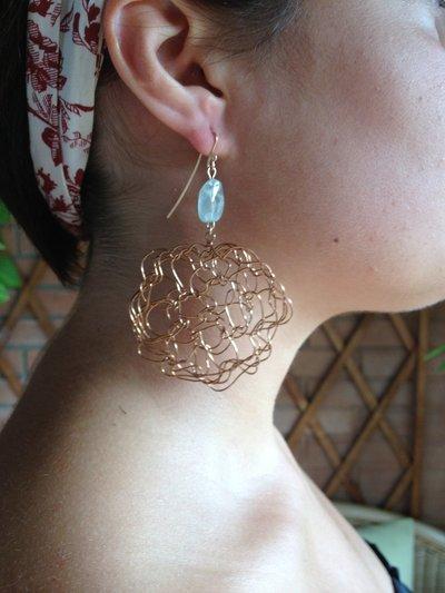 Orecchini fatti a mano in bronzo e acquamarina.