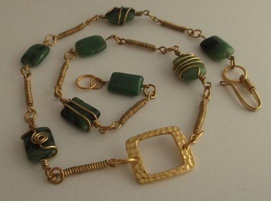 Collana di perle di rubino zoisite e link di filo di rame dorato