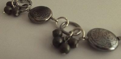 Collana con perle argentate e pendenti con perle di pirite