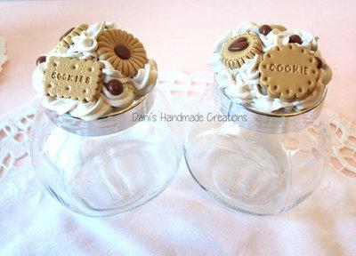Coppia di barattoli porta-spezie decorati con panna e biscotti