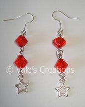 Orecchini con biconi rossi e stelle