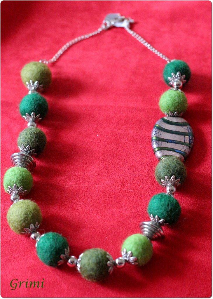 Collana con lana cotta verde, vetro di Murano, argento e argentone