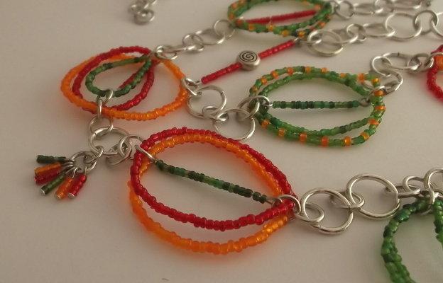 Collana lunga di perline di vetro colorate e perle argentate con spirale