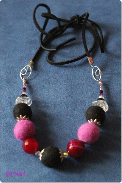 Collana con lana cotta nera e viola orchidea, agata viola/melanzana e vetro di Murano