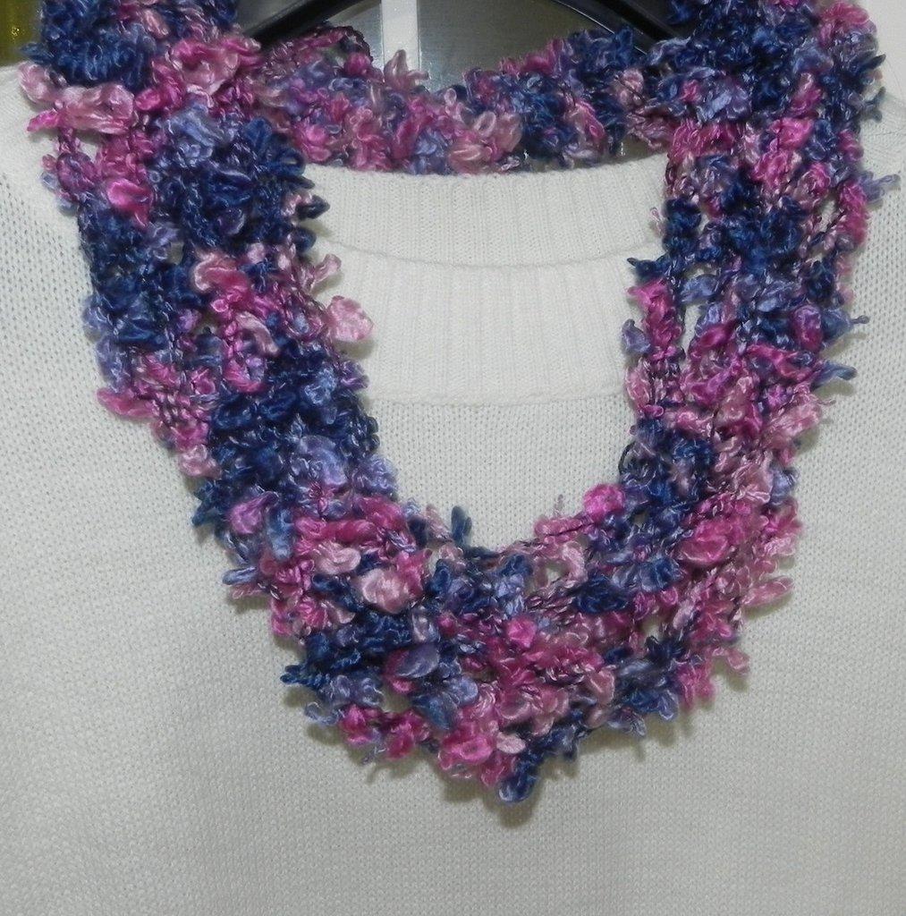 Sciarpa collana con forellini realizzata ad uncinetto toni del viola-ciclamino