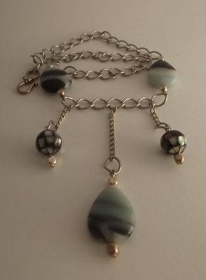 Collana con perle di amazzonite goccia e madreperla nera