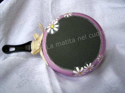 Lavagna padella piccola lilla dipinta con margherite bianche