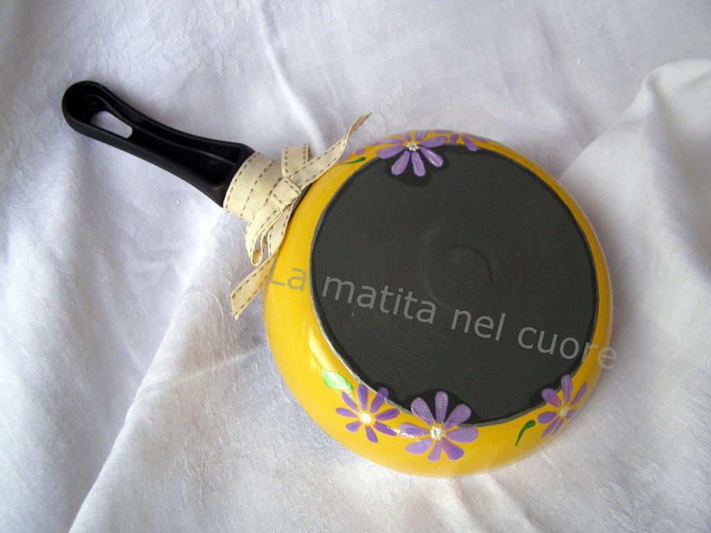 Lavagna padella piccola gialla dipinta con margherite lilla