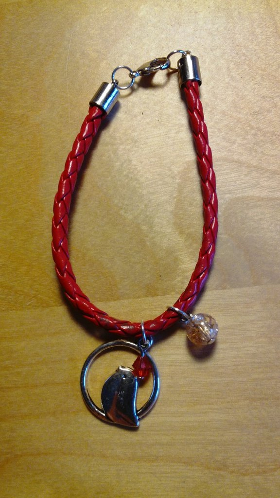 Bracciale in eco pelle rosso con charm e perla