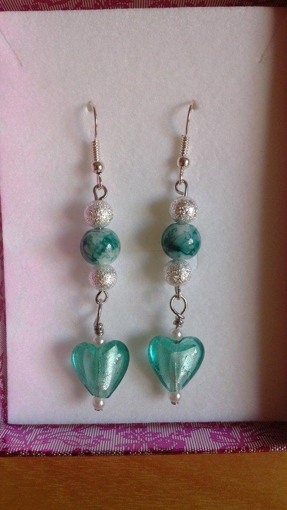 Orecchini pendenti con perle di vetro