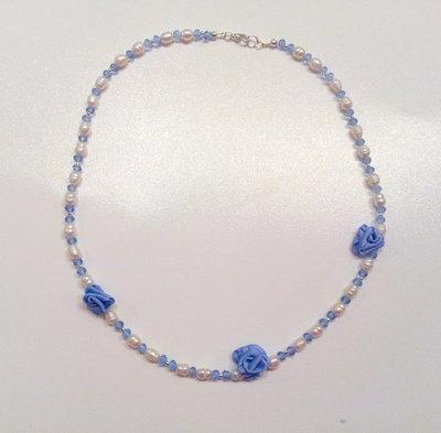 Collana con perle di fiume cristalli di rocca e rose in raso