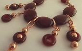 Collana di perle di agata rossa ovali e cerchio aperto e rame