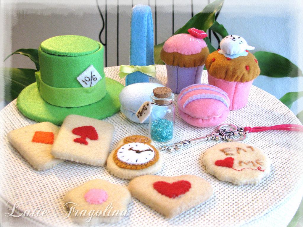 Un set di dolci assortiti per il tea party stile Alice nel paese delle meraviglie