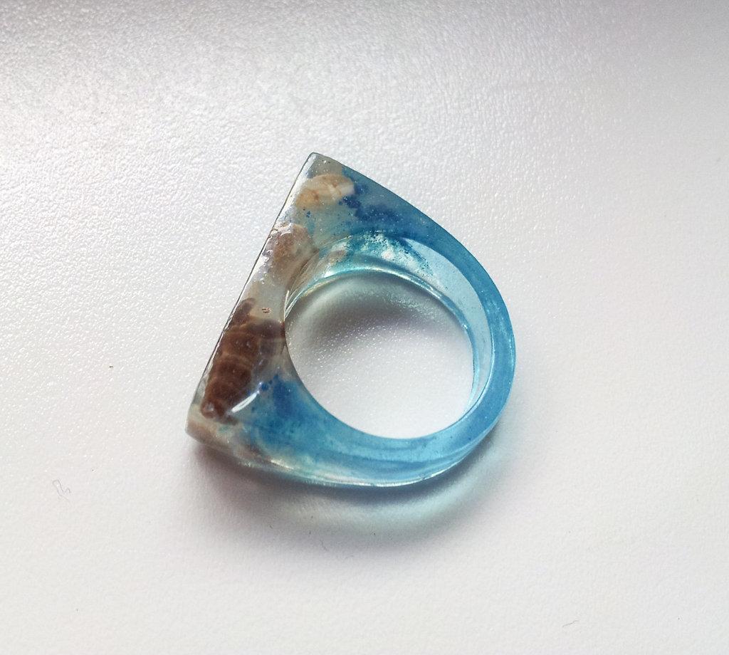 anello in resina con inclusioni di conchiglie di mare