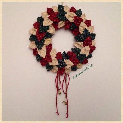 Corona natalizia con petali di cotone