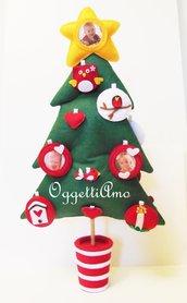 Albero di Natale in feltro decorato con palline, cuori ed altri addobbi natalizi: una decorazione tradizionale ed originale!