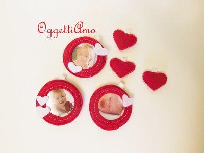 Palline in feltro portafoto: set di 4 cornicine rosse decorate con cuori bianchi!