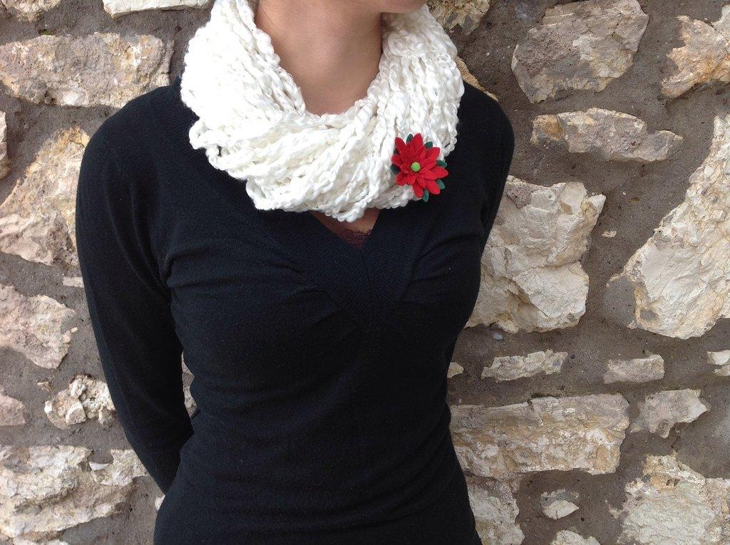 Scaldacollo bianco in lana realizzato a mano (uncinetto)
