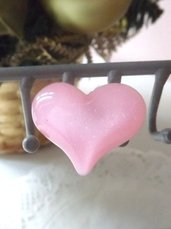Anello regolabile realizzato con cuore in resina rosa idea regalo per lei