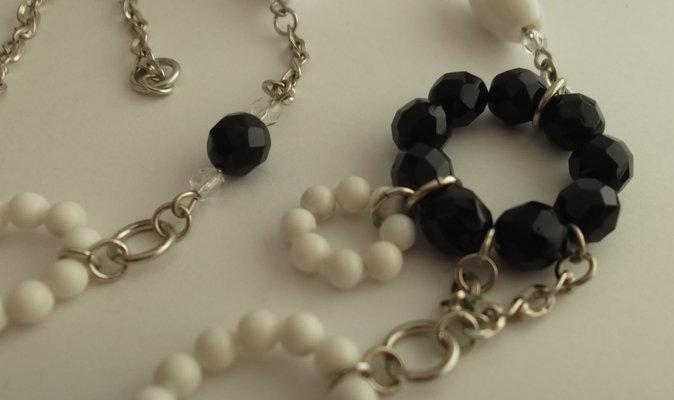 Collana catenella argentata, perle di agata bianca e mezzi cristalli neri e trasparenti