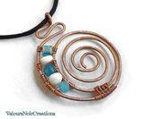Collana spirale in rame perle azzurre e in madreperla
